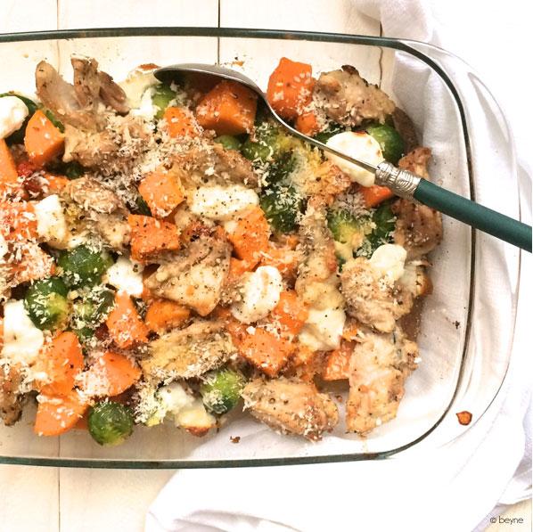 Ovenschotel met spruitjes, zoete aardappel en kip